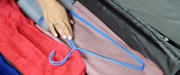 Como desamassar roupas na viagem